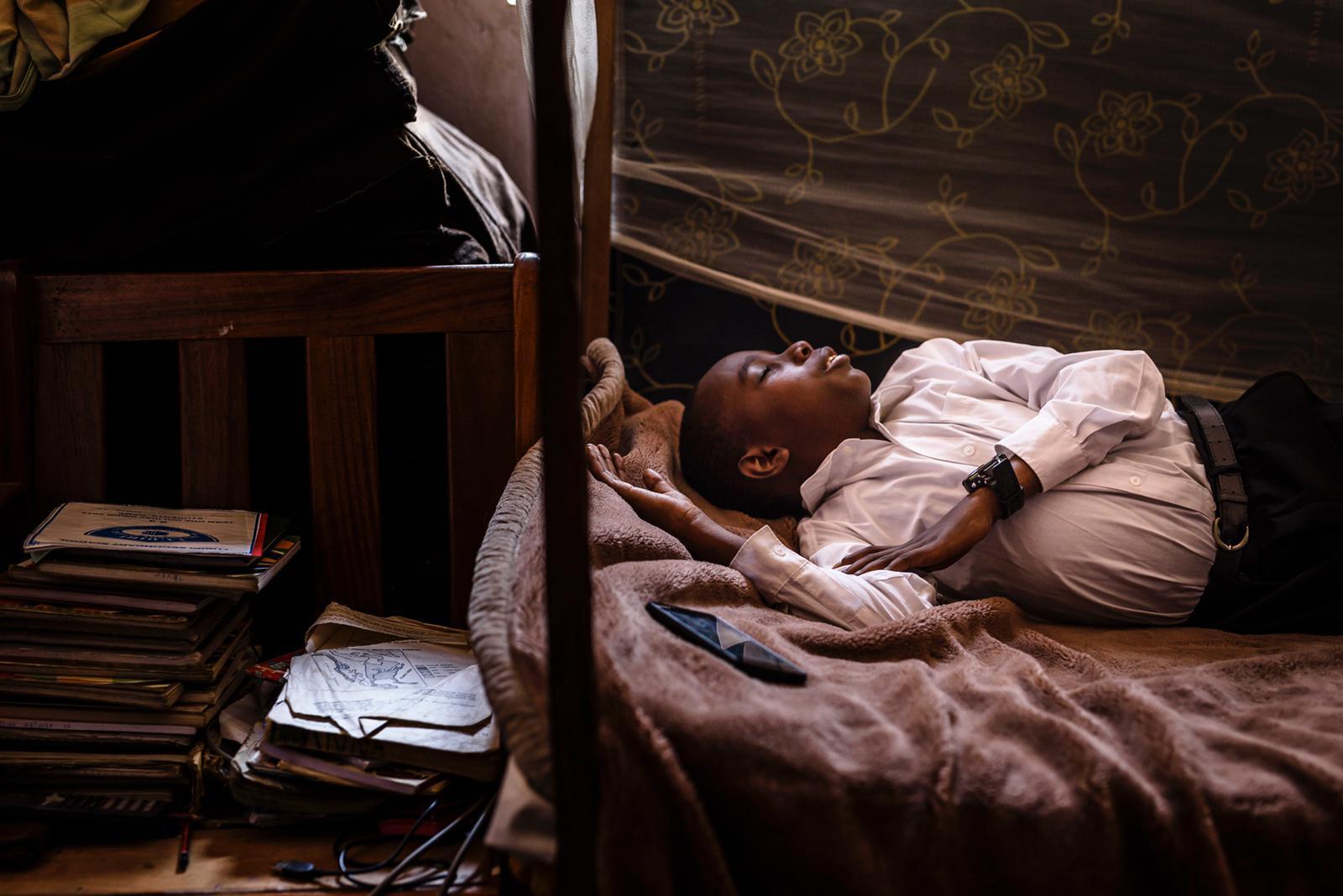"""Fotoreportage """"The Many Faces of The Moon"""" vertelt het verhaal van mensen met sikkelcelziekte in Oeganda"""